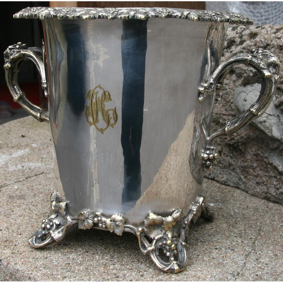 seau à champagne en métal argenté décor de vignes et raisins