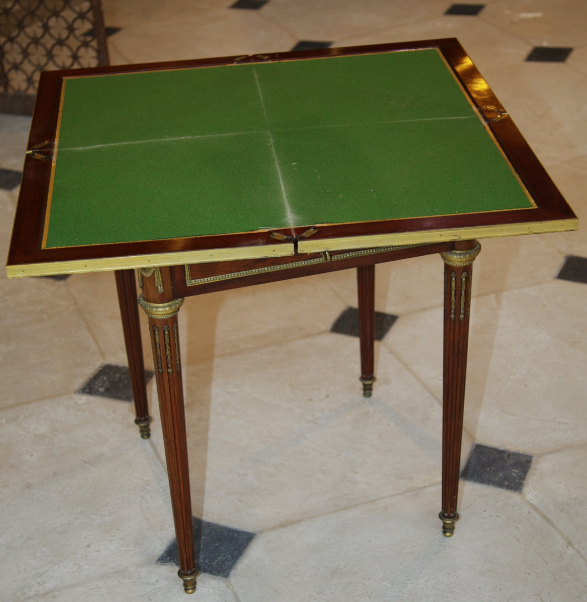 Table à jeu mouchoir 1870