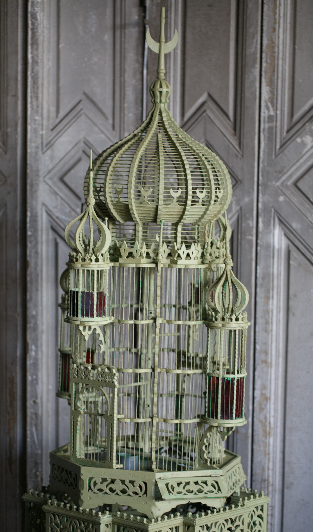 good cage oiseaux vers style ottoman with lustre cage oiseau. Black Bedroom Furniture Sets. Home Design Ideas