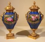 Paire de vases couverts en porcelaine PARIS milieu XIX