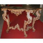 Console en bois doré argenté et laqué richement sculptée, travail Italie